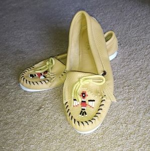 Minnetonka yellow shoes with eagle size 9M